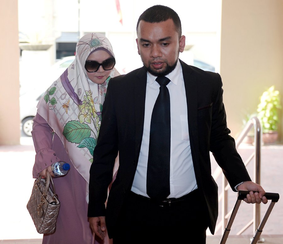 Datin Rozita photographed at the PJ Magistrate's Court with her lawyer Mohd Yazer Yazid on 15 March.