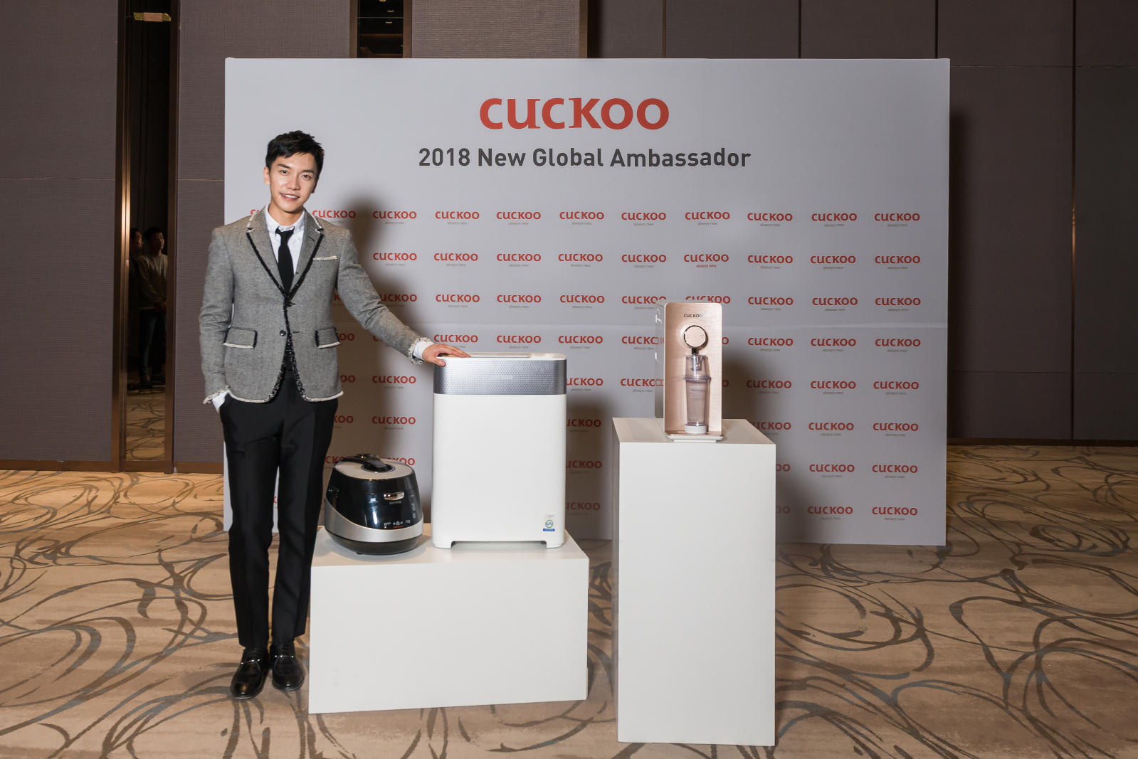 Lee Seung-gi posing for a photo with a wide range of Cuckoo products.