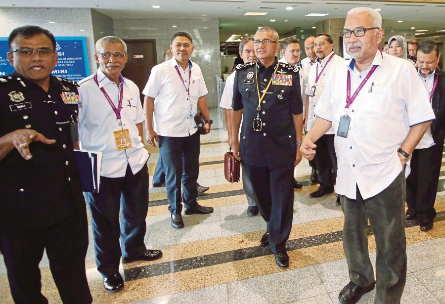 Election Commission chairman Tan Sri Mohd Hashim Abdullah (right) visiting the Bukit Aman federal police headquarters in Kuala Lumpur yesterday, 5 May.