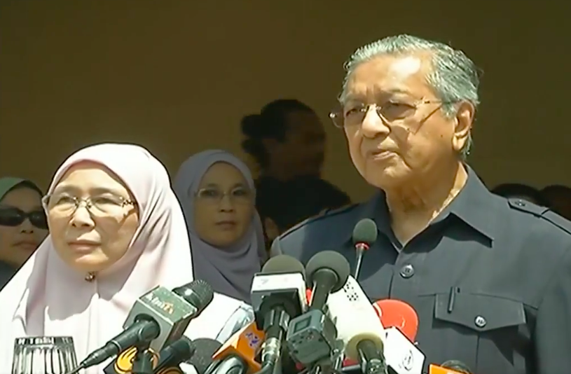 PM Dr Mahathir alongside his Deputy PM Dr Wan Azizah at the press conference today, 11 May