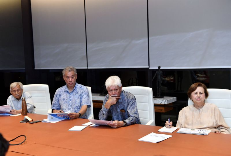 Tun Daim chairing the meeting late last night with other members of the Council.