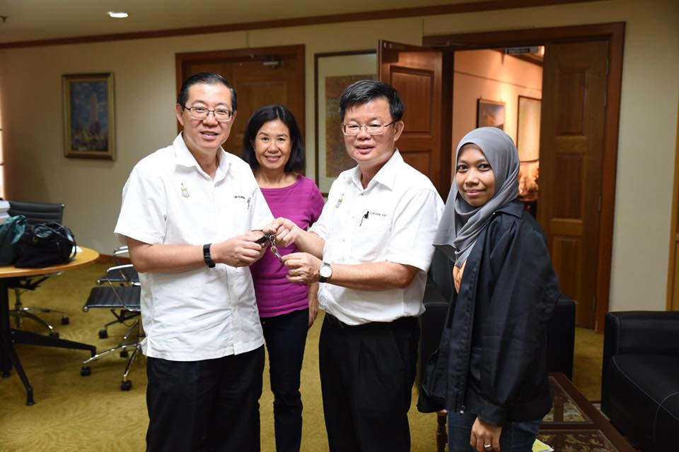 Lim Guan Eng (left) handing over the keys to the Penang Chief Minister's office to Chow Kon Yeow yesterday, 13 May.