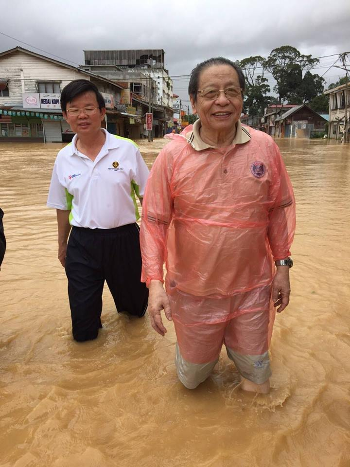 Chow Kon Yeow with Lim Kit Siang during the 2014–15 Malaysia floods.