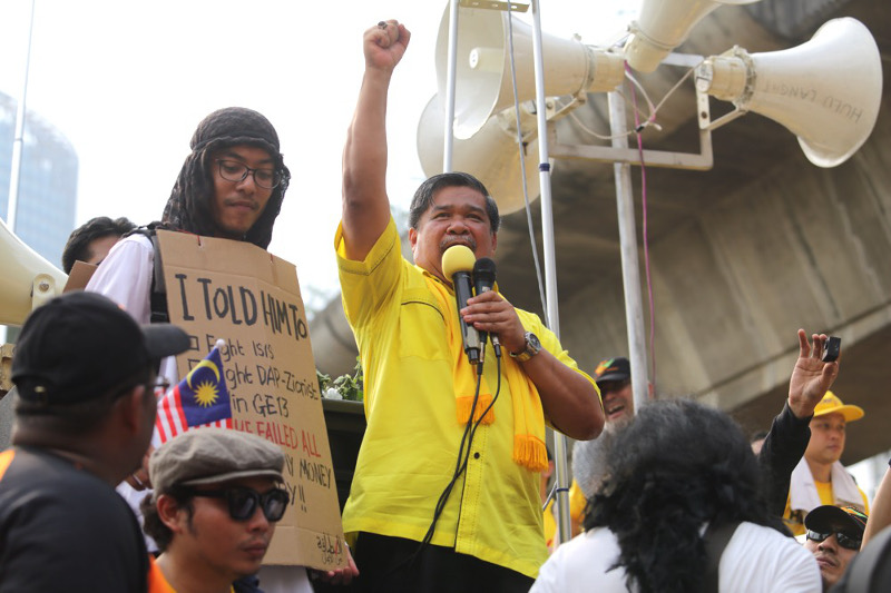 Mat Sabu speaking to supporters at the Bersih 4 rally in 2015.