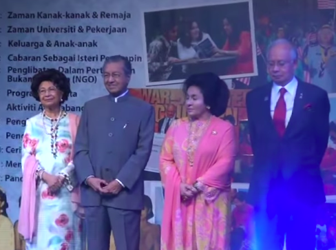 Tun Dr. Mahathir Mohamad (second from left) at the launch of Rosmah's autobiography in 2013.