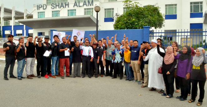 PAUiTM members launched a police report against Hindraf 2.0 at the Shah Alam district police station yesterday, 29 May.