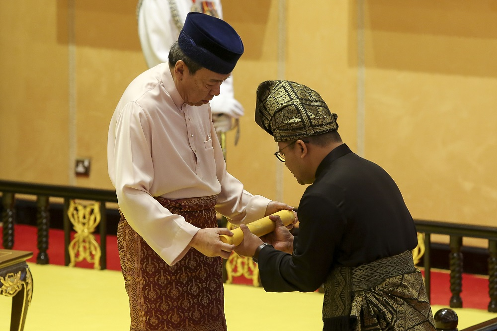 Amirudin receiving his appointment letter from Sultan Sharafuddin Idris Shah.