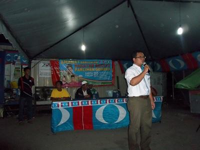 Amirudin speaking at a ceramah in 2013.