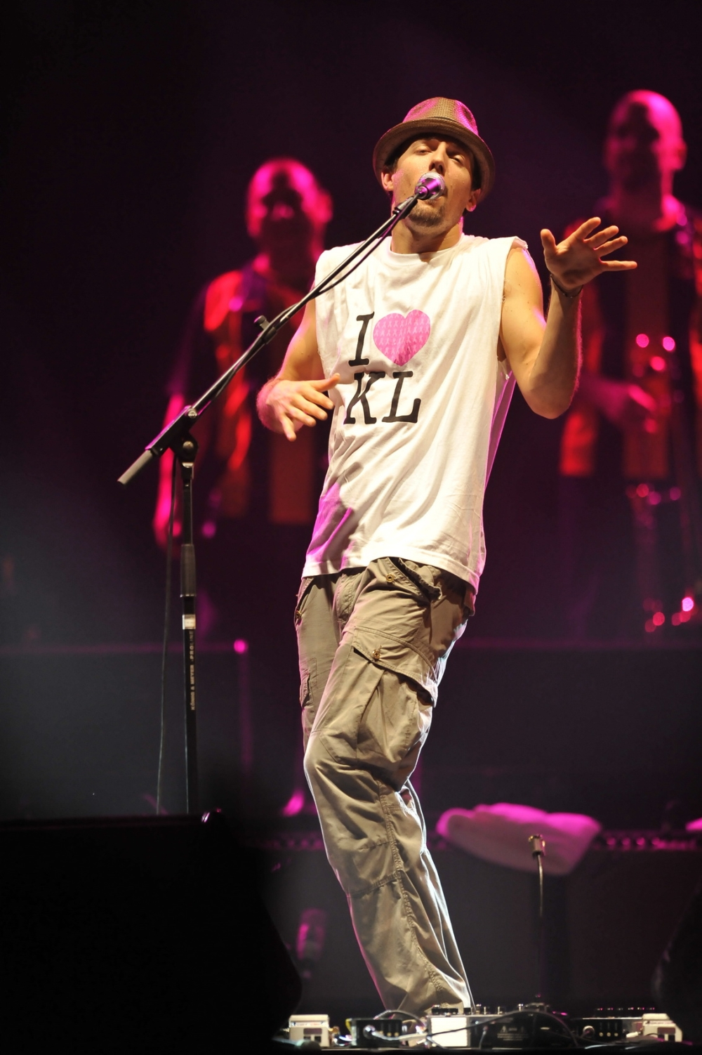 Jason Mraz performing in Kuala Lumpur for the first time in March 2009.