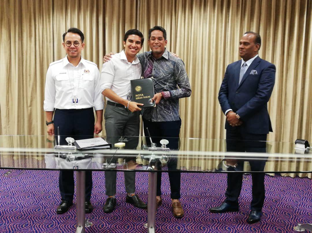 Sesi serah tugas Khairy Jamaluddin dan timbalannya, Datuk Seri M. Saravanan