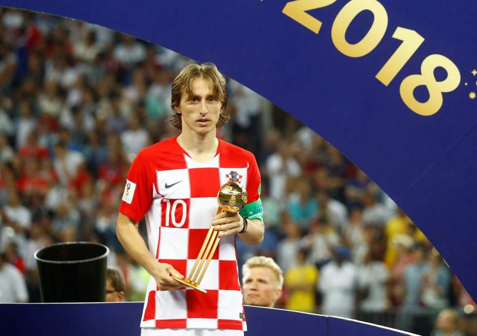 Luka Modric dengan anugerah Golden Ball yang dimenanginya.