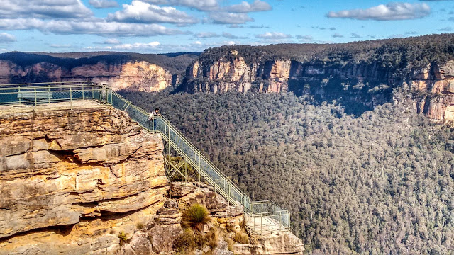 Discover breath-taking views from Pulpit Rock in the Blue Mountains.