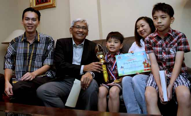 Reeno Chin (centre) with his family and Perak Education, Science, Environment, Green Technology and Information Committee chairman Dr Abdul Aziz Bari (second from left).