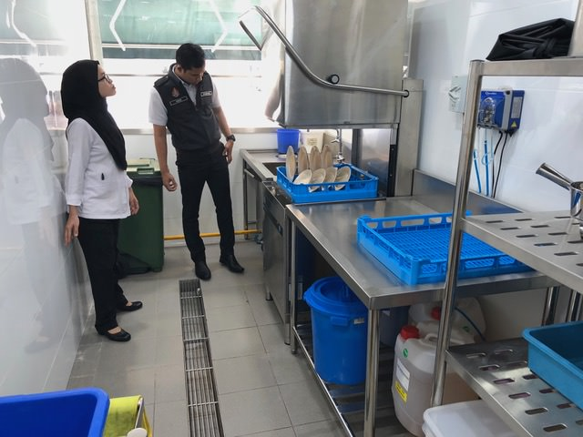 DBKL officers inspecting the new dishwashing area.