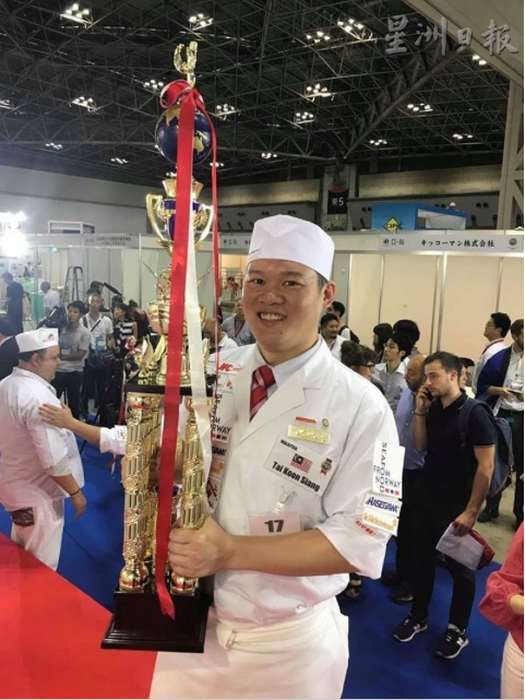 The Kluang chef with his trophy.