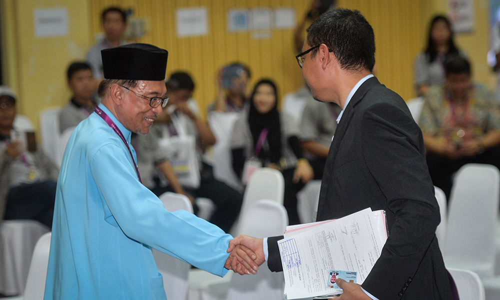 Anwar and Saiful shake hands at nomination centre.