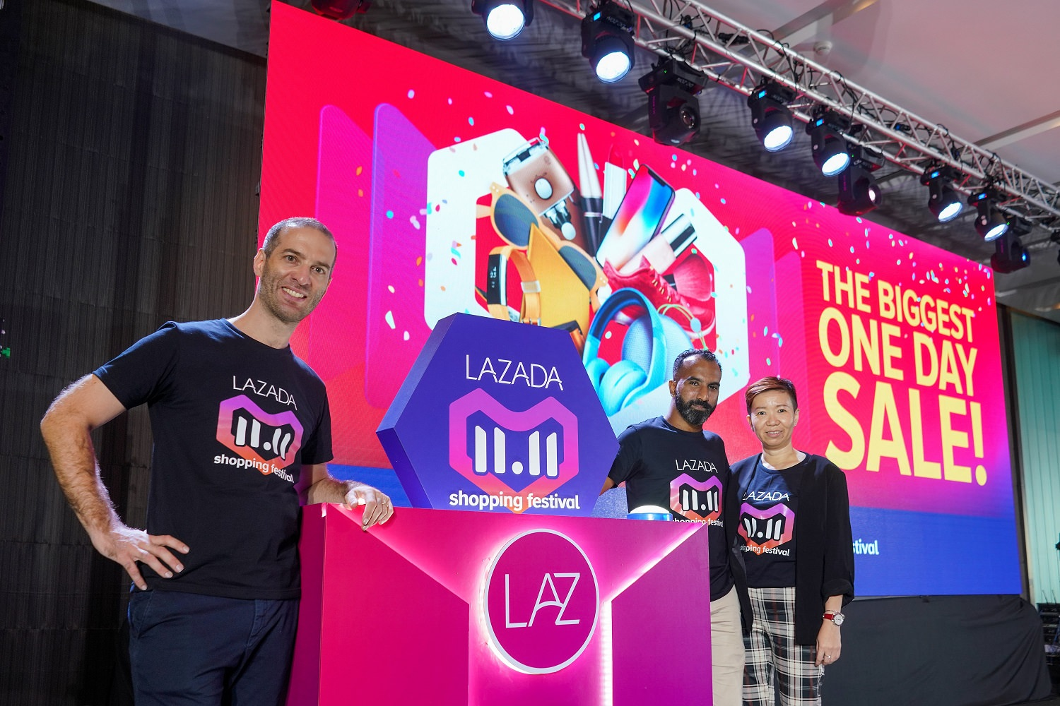 (From left to right) Christophe Lejeune, Chief Executive Officer, Lazada Malaysia; Andrew Gnananantham, Chief Marketing Officer, Lazada Malaysia; Sherry Tan, Chief Business Officer, Lazada Malaysia officiating the 24-hour online shopping extravaganza.