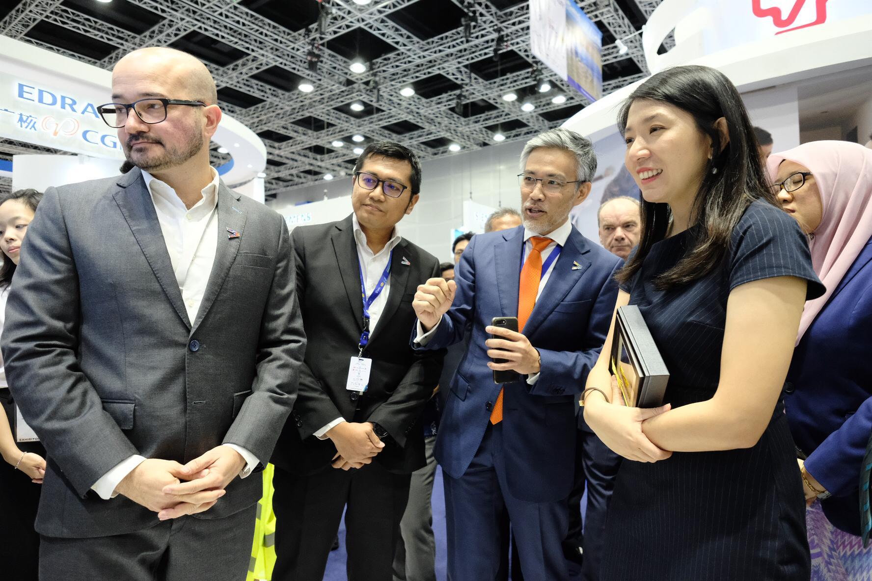 James Chong (tiga dari kiri)