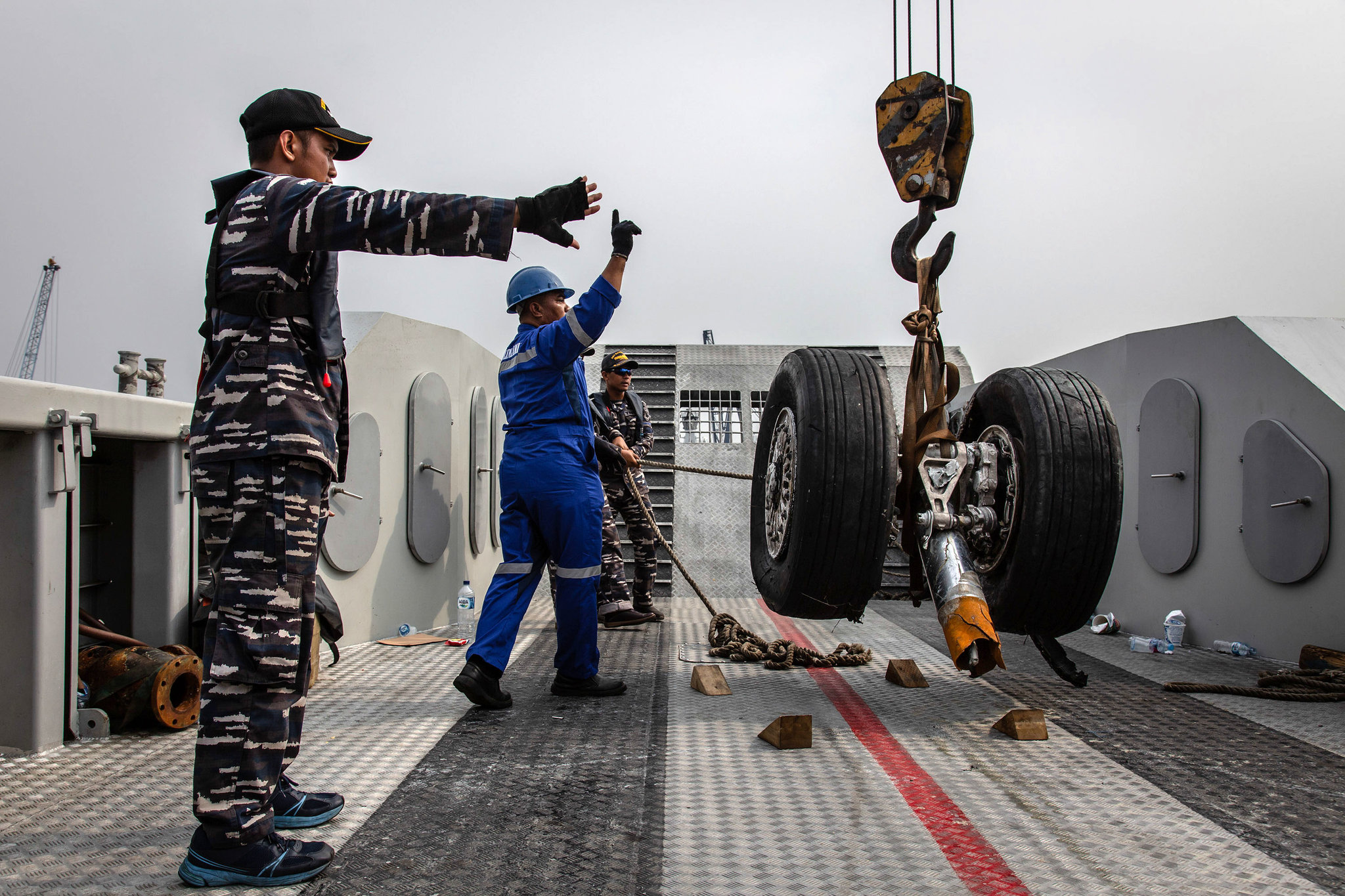 Indonesian Navy personnel recovering wheels from Lion Air Flight 610 last week.