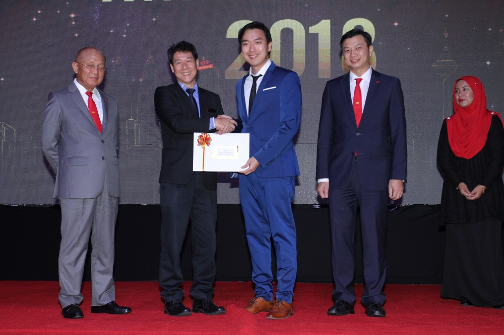 Ko Chuan Zhen receiving award from AmBank BizRace
