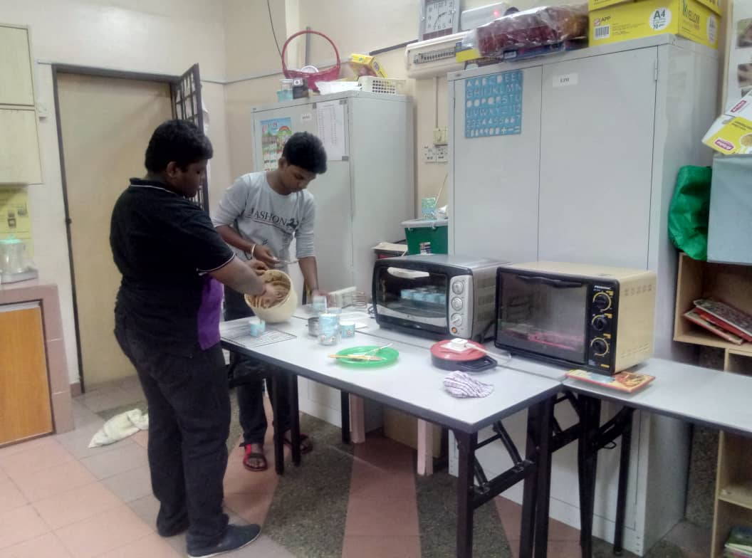 Students made cakes and sold ice blended drinks at the tuition centre to learn team work and to raise funds for the centre.