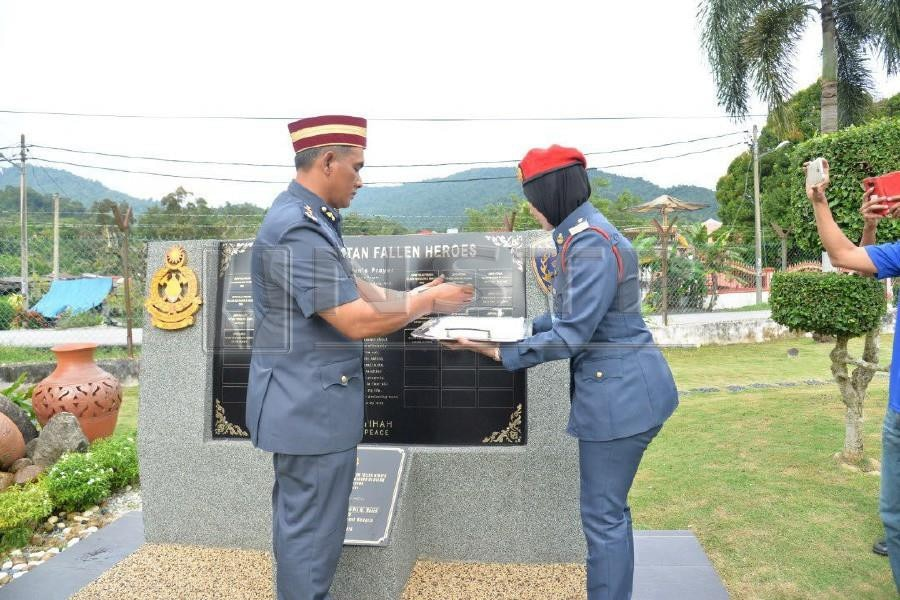 Ismail, seen placing Adib's name at the monument in a Red Hero Appreciation ceremony.