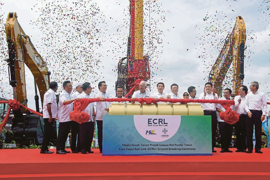 Najib launching the ECRL project at a groundbreaking in Kota SAS, Kuantan, in August 2017.