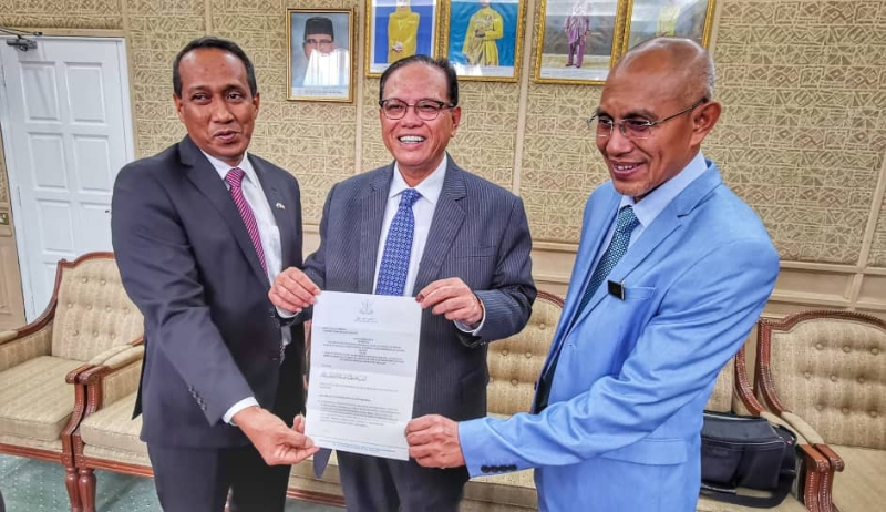 Datuk Seri Wan Rosdy Wan Ismail (centre) holding the official letter which declares 31 January as a special state holiday for Pahang.
