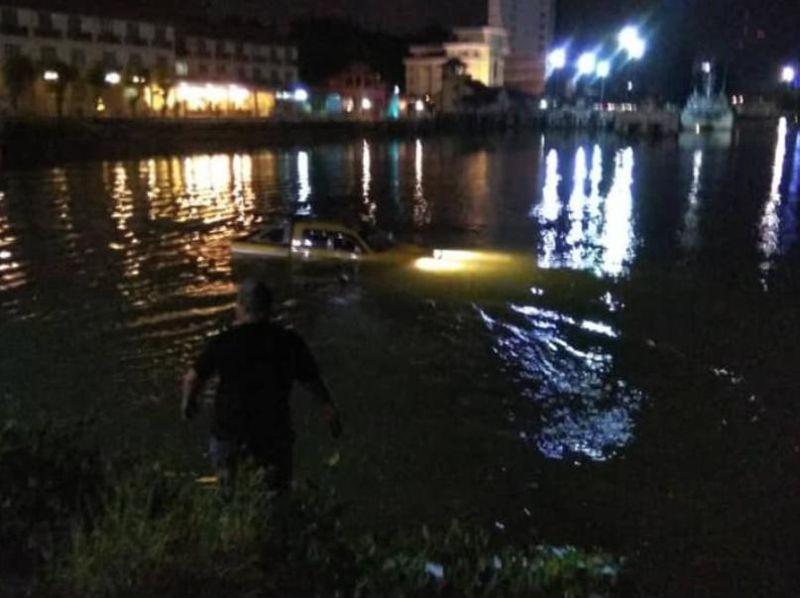 The 4WD vehicle was seen sinking into Sungai Terengganu on Pulau Warisan at 9.30pm.