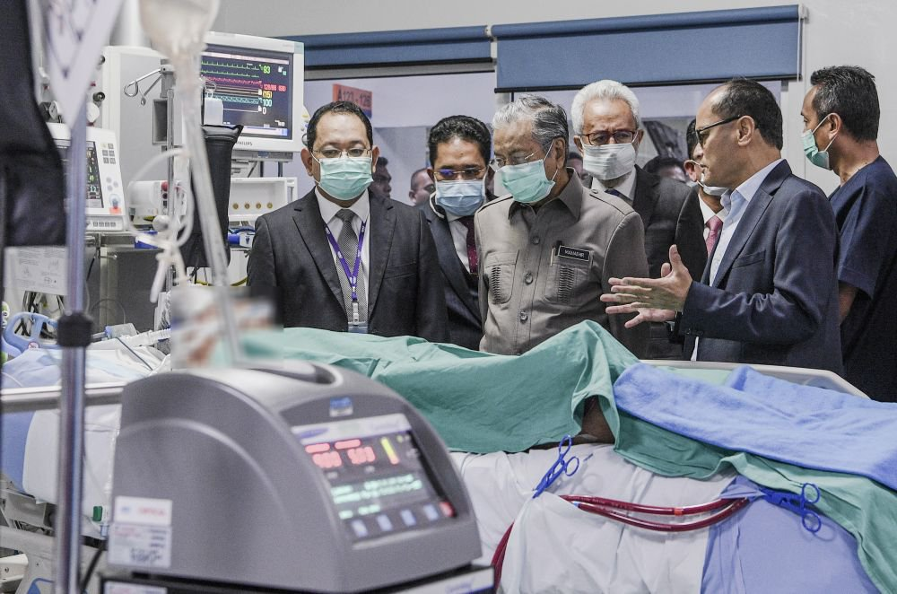 Prime Minister Tun Dr Mahathir Mohamad visits Adib at the National Heart Institute in Kuala Lumpur.