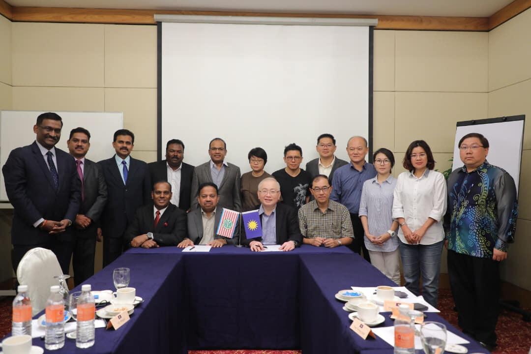 (Centre) Tan Sri SA Vigneswaran and Datuk Seri Wee Ka Siong.