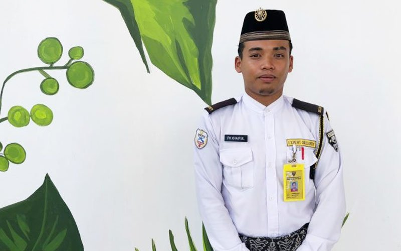 This Mosque Security Guard Taught Himself 7 Languages So He
