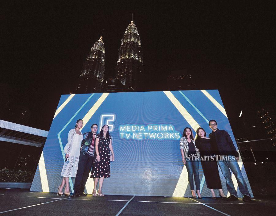 Primeworks Studio CEO Datuk Izham Omar (far right) with TVN's CEO Johan Ishak (second from left) at the launch of E! Media Prima TV Networks on Friday, 15 March.