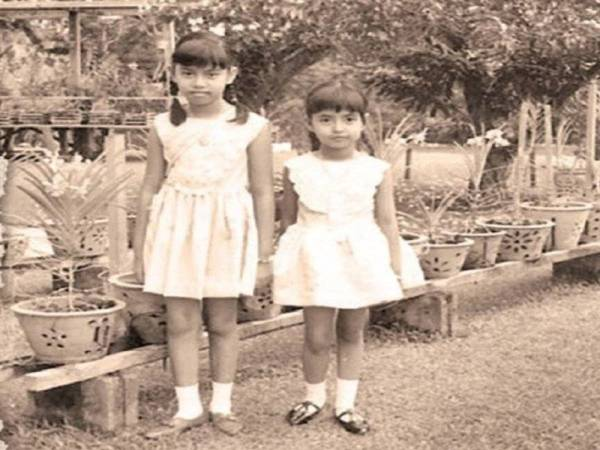 (From left) Raja Halimahton and her sister, Raja Zarith Sofia.
