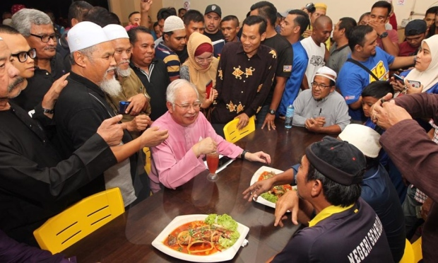 Najib enjoying a meal with his supporters after his ceramah in Bandar Sri Sendayan.