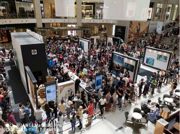 Fans eagerly await the launch of the Huawei Mate 20 in Pavilion Mall, Kuala Lumpur.