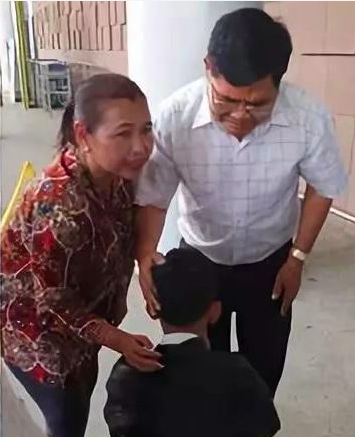 Thaksin kneeling in front of Chhern before his flight to China.