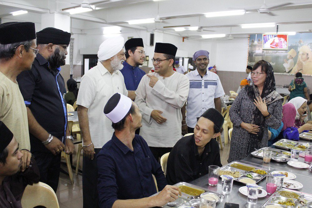 Johor Bahru MP Akmal Nasir attending an interfaith buka puasa at Gurdwara Sahib on 21 May.