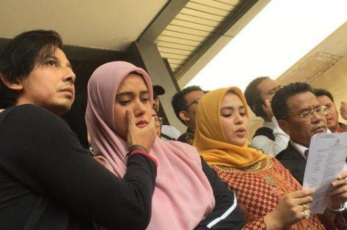 Sonny Septian (left) and Fairuz A Rafiq (second from left), while her sister Ranny Fadh Arafiq read her statement.