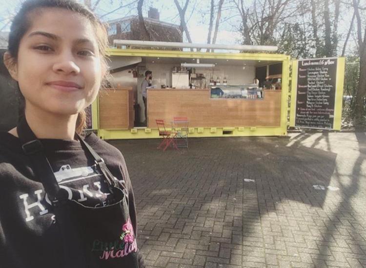 Acacia bekerja sebagai pembantu dapur di sebuah kafe