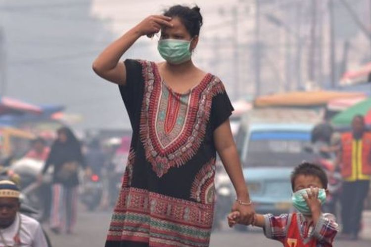 A mother and her child wearing masks in Pekanbaru, Riau on Tuesday, 10 September.