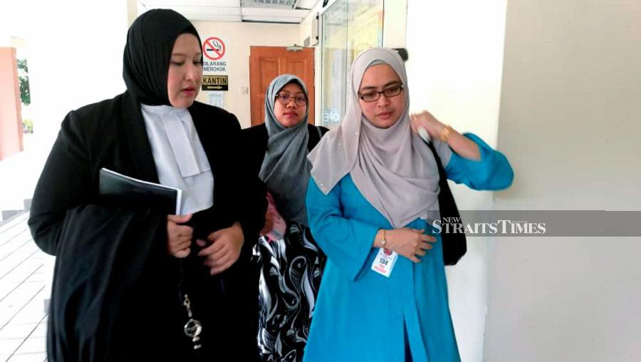 The victim's mother, Rusaila Abdullah (right), talking to their lawyer, Wan Azliana (left).