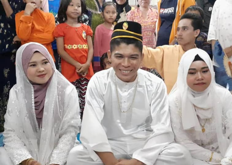 Amin with his wives, Aini Said (left) and Lena Saleh (right).