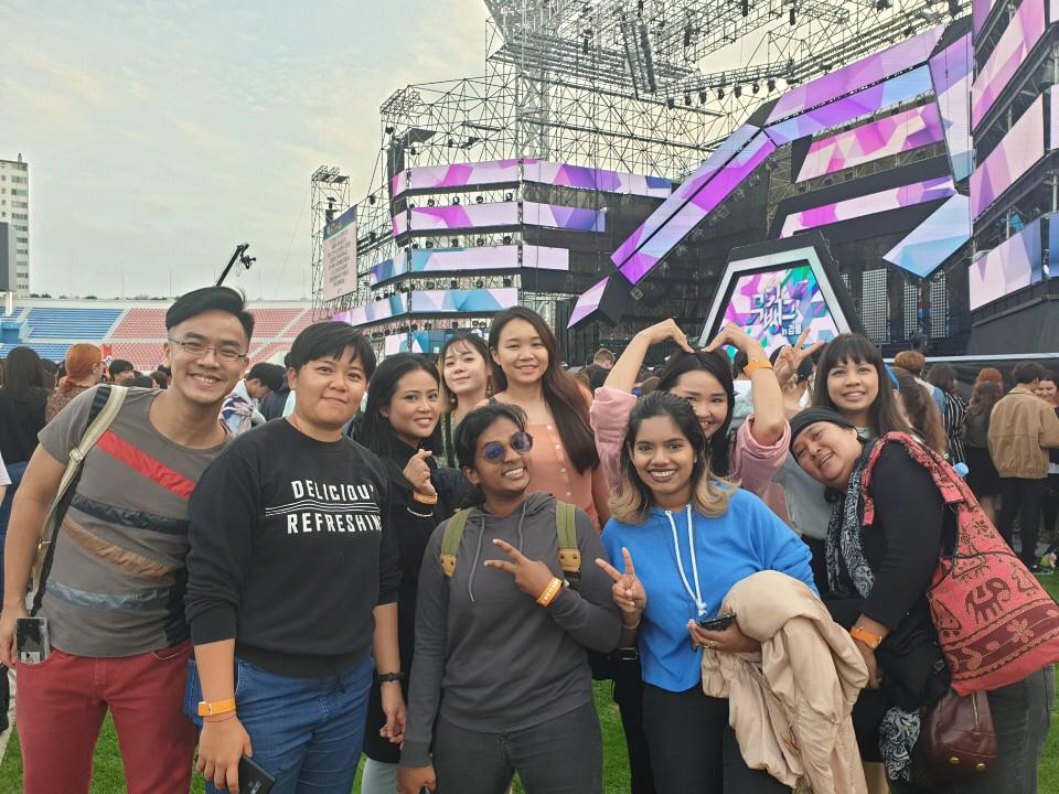 Our group of Malaysian media representatives along with the representative from KTO Malaysia at 'Music Bank in Gangneung'. That's me in the blue hoodie.