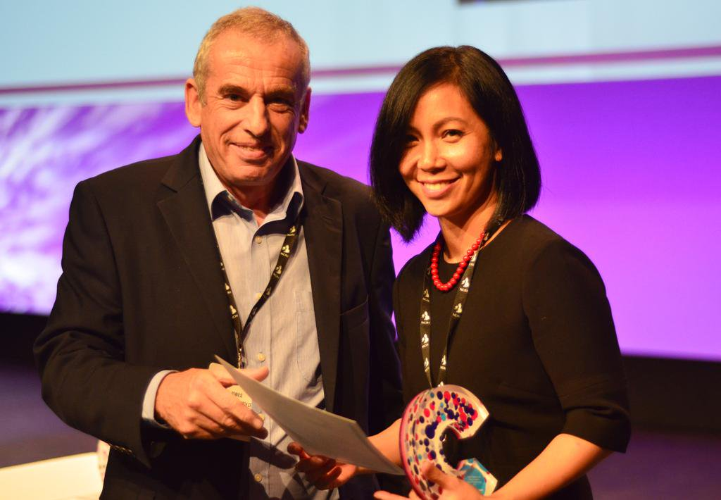 Dr Serena receiving another CRUK award, the Future Leaders Prize, in 2014.