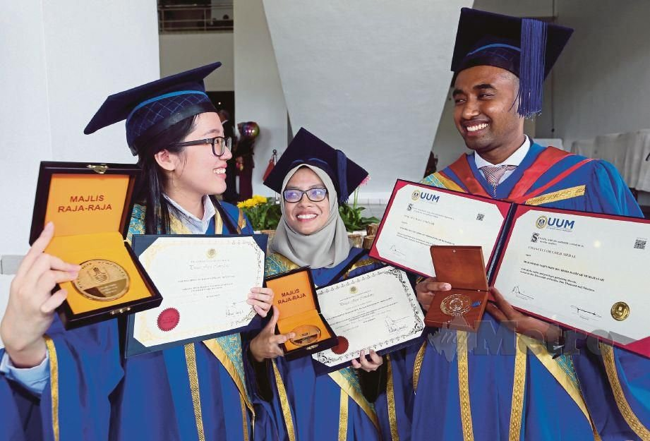 Nur Athirah (centre) with the other two students, Loh Mei Chwin and Muhammad Taqi'uddin Mohd Hamzah Murghayah, who received a Medal of Excellence Award.