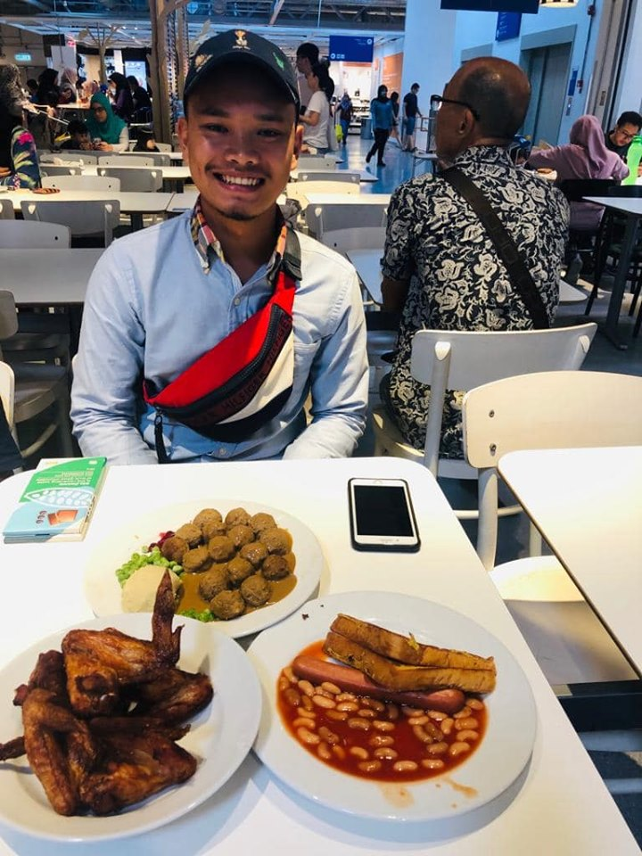 Azri treated Habil to a meal a few days later.