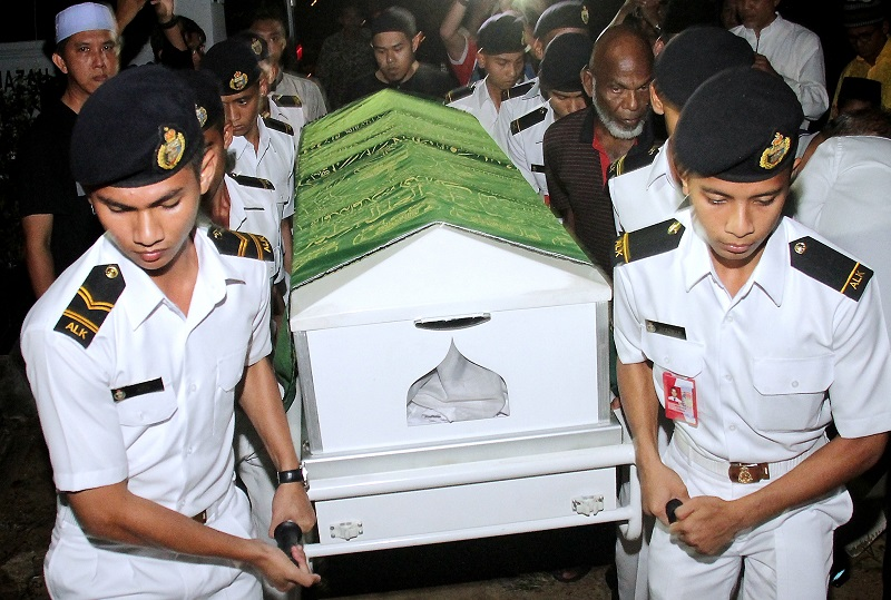 UPNM students carrying the Zulfarhan's casket on 2 June 2017.