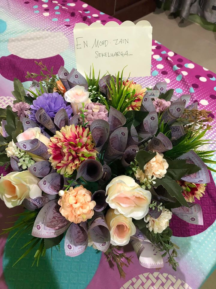 They even arranged RM5,000 of cash into a bouquet.