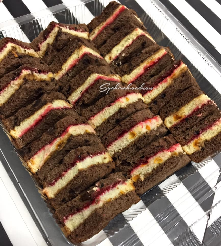 Image via Facebook Syahirah Adnan Resepi Strawberry Peanut Butter Coklat Sandwich
